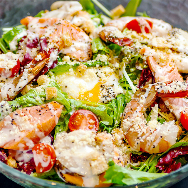 """西餐中最常见的餐前开胃菜,被称作""""沙拉之王"""",凯撒沙拉到底怎么做才正宗"""